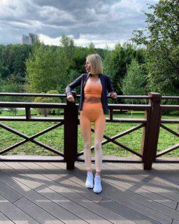 Среда – маленькая пятница 🤩 И ее нужно провести с пользой! Например, взять любимый костюм от FONEONA Gradient Orange и отправиться покорять спортзал 🔥 Даже короткая тренировка: • тонизирует сердечно-сосудистую систему • подтягивает мышцы  • дарит приятную усталость и расслабление Кстати, мягкая и одновременно эластичная ткань нашего костюма позволит выполнять любые упражнения с максимальной легкостью 😉 А приятный оранжевый оттенок дарит прилив жизненной энергии 💪🏻 Также доступен к заказу с шортиками. При заказе и оплате на сайте действует скидка 15% 🌸 ____________________ • Актуальное наличие на сайте FONEONA.COM ⠀ • Помощь в подборе размера в DIRECT ⠀ •Оплата после примерки ⠀ #foneona #gradient_foneona